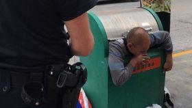 El hombre es incapaz de moverse tras quedar atrapado en el contenedor.