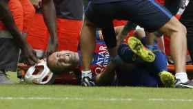 Iniesta doliéndose de su lesión.