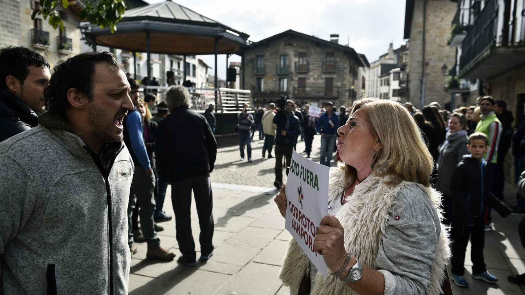 Tensión en Alsasua: Covite no se amedrenta y defiende a la Guardia Civil frente a los radicales de Sortu