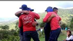 Momento en el que los exguerrilleros y víctimas se abrazan.