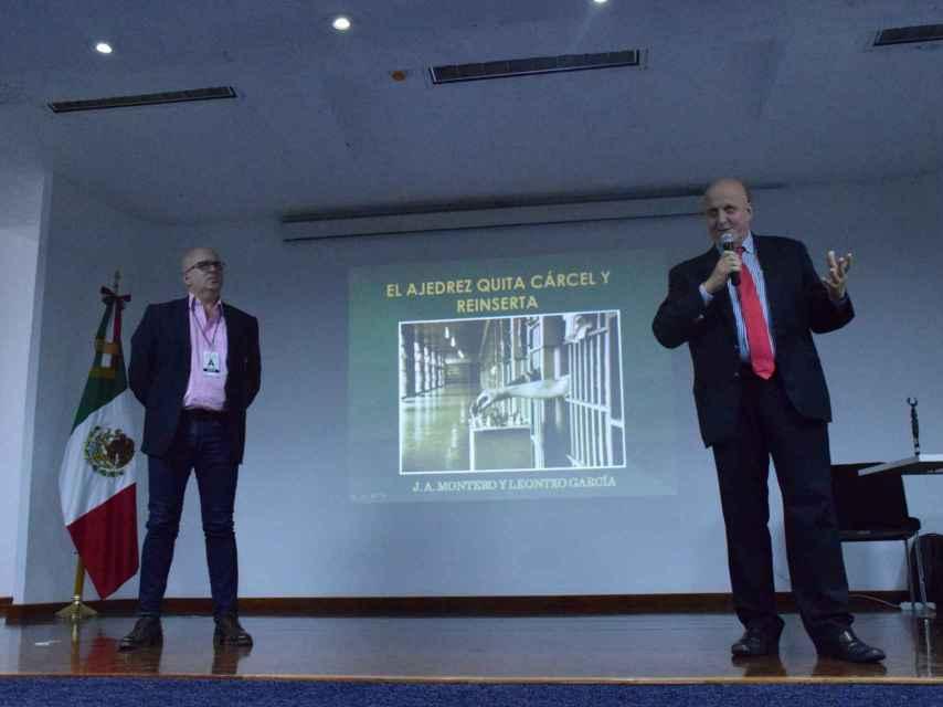Leontxo García y Juan Antonio Montero, en la conferencia ante la Comisión Nacional de Seguridad mexicana.