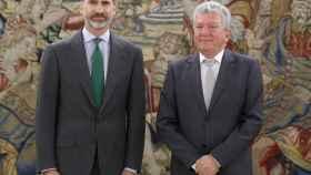 Pedro Quevedo, junto al rey, en la segunda ronda de consulta.