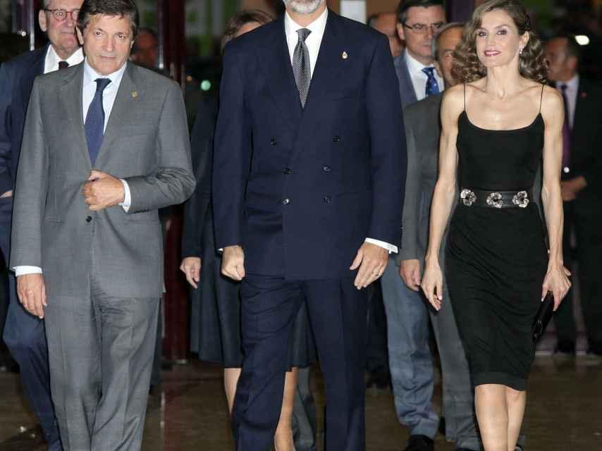 Los reyes a su llegada al concierto previo a la entrega de los premios Princesa de Asturias.