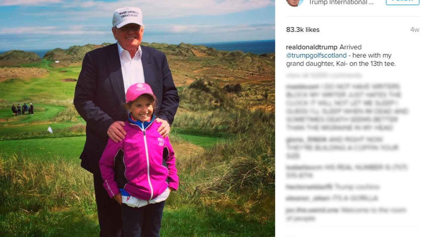 Su nieta tiene en quién fijarse para coger el swing del golf.