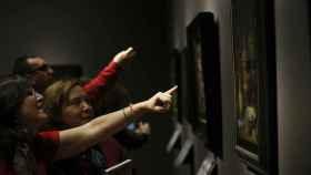 Visitantes ante uno de los cuadros expuestos en el Museo del Prado.