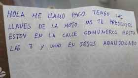 La nota que el indigente dejó sobre la motocicleta.