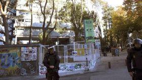 Agentes de la policía custodian el colegio mayor San Juan Evangelista de Madrid.