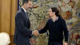 El rey Felipe VI y el líder de Podemos, Pablo Iglesias.
