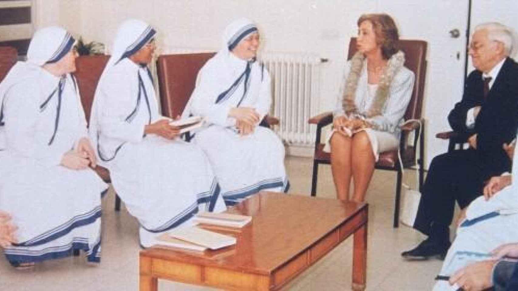 El Padre Ángel junto a la Reina Doña Sofía y un grupo de monjas de la congregación de la Madre Teresa, Hermanas de la Caridad.