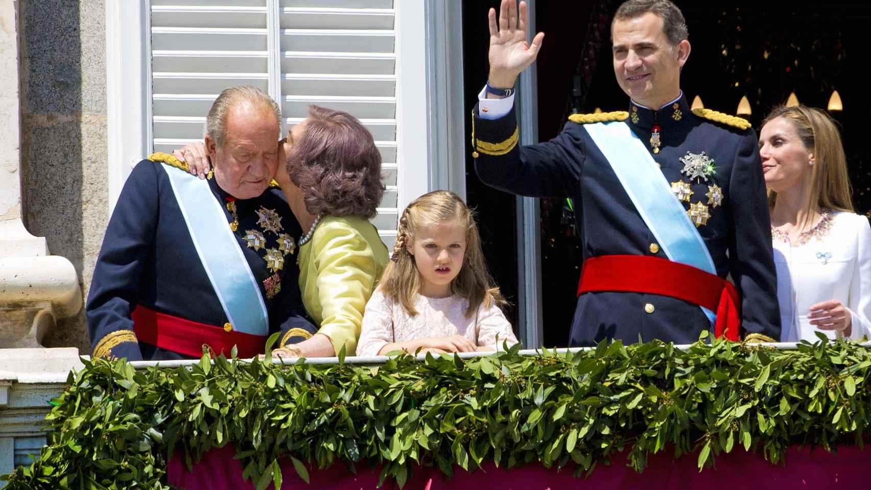 Doña Sofía besando a don Juan Carlos el día de la proclamación de su hijo como rey.