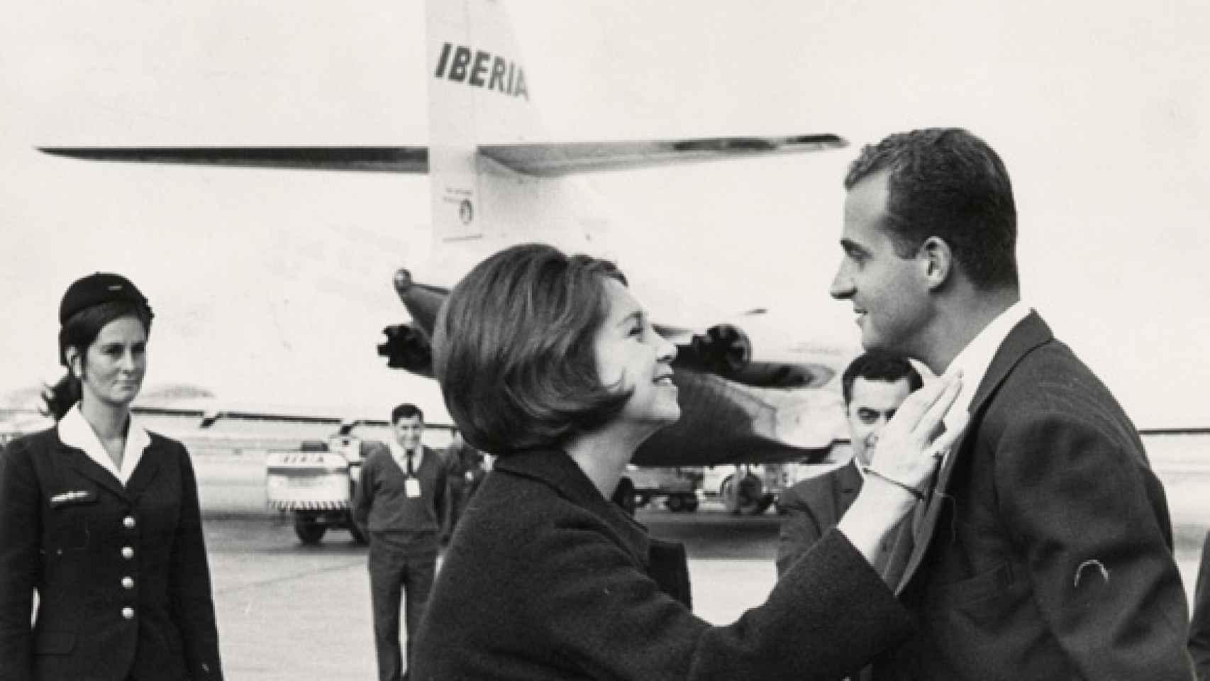 Don Juan Carlos y doña Sofía se miran cómplices en una fotografía de 1975.