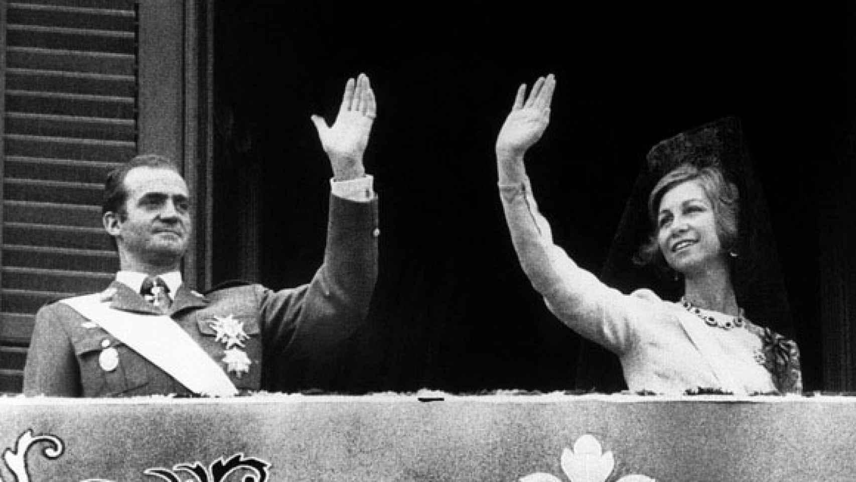 Juan Carlos y Sofía saludando en el balcón el primer día de su reinado en 1975.