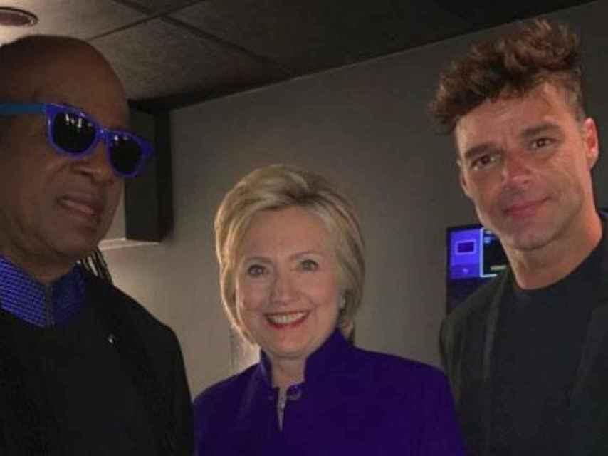 Stevie Wonder junto a Hillary Clinton y Ricky Martin.