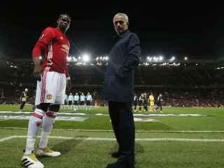 Mourinho y Pogba antes de un partido del Manchester United.