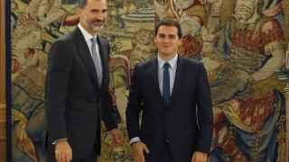 El rey Felipe VI recibe al líder de C's, Alber Rivera.