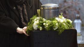 Una urna con cenizas en un cementerio.