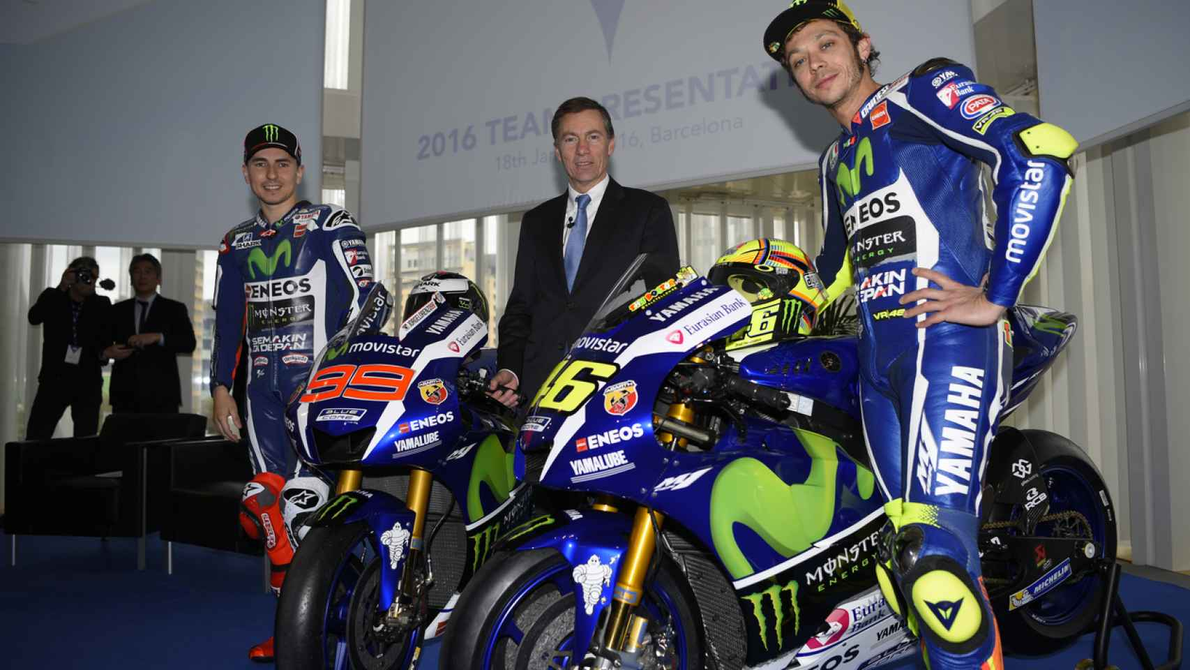 Lin Jarvis, entre Rossi y Lorenzo.