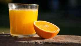 Un zumo de naranja natural recién exprimido.