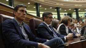 Sánchez escucha desde su escaño el discurso de Rajoy