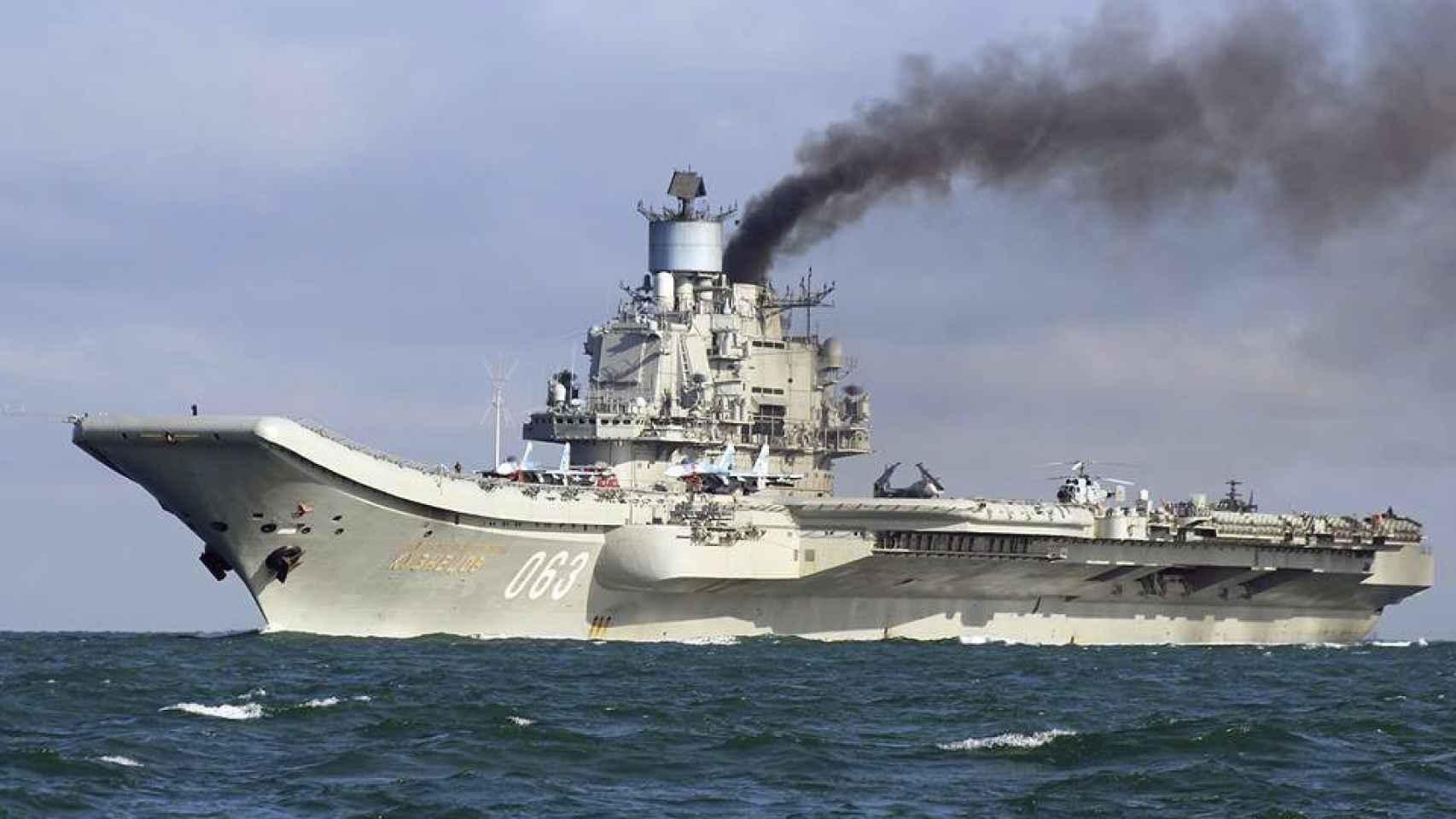 Imagen del portaaviones ruso a su paso por el Canal de la Mancha.