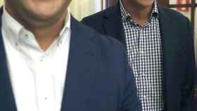 Pedro Sánchez, junto a César Luena en los pasillos del Congreso.