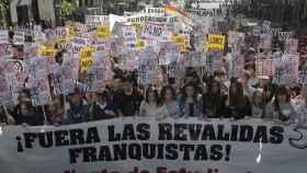 Imagen de la protesta de estudiantes con el cartel en contra de las reválidas franquistas.