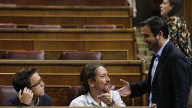Alberto Garzón conversa con Pablo Iglesias e Íñigo Errejón.