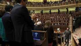 Los diputados del grupo socialista aplauden a Antonio Hernando este jueves.