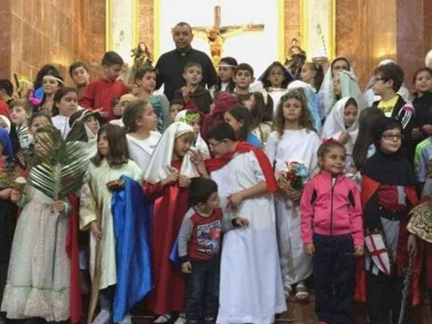 Celebración de Holywins con niños disfrazados de santos.