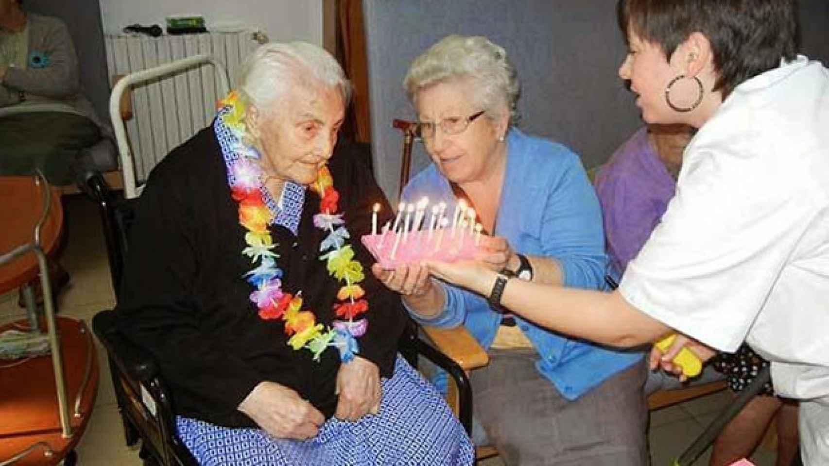Ana María Vela, junto a su hija Ana Vela, en uno de los cumpleaños celebrados en La Verneda.