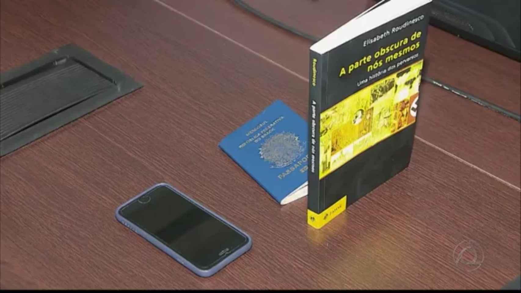 Las pertenencias de Marvin requisadas por la Policía. Entre ellas, el libro.