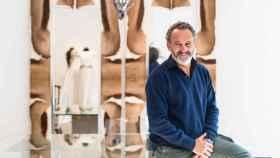 El diseñador posa para EL ESPAÑOL delante de un espejo de su atelier decorado por él mismo.