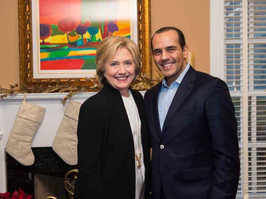 Verde forma parte del Comité de Finanzas de la campaña de Clinton.