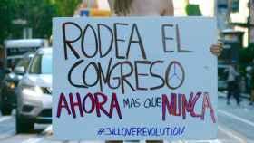Jil Love posa desde San Francisco para EL ESPAÑOL con una pancarta en la que invita a los ciudadanos a acudir al Rodea el Congreso.