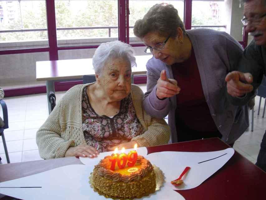 Ana María Vela cumple hoy 115 años. En la foto, que fue tomada cuando aún no padecía demencia senil, aparece junto a su hija Ana.