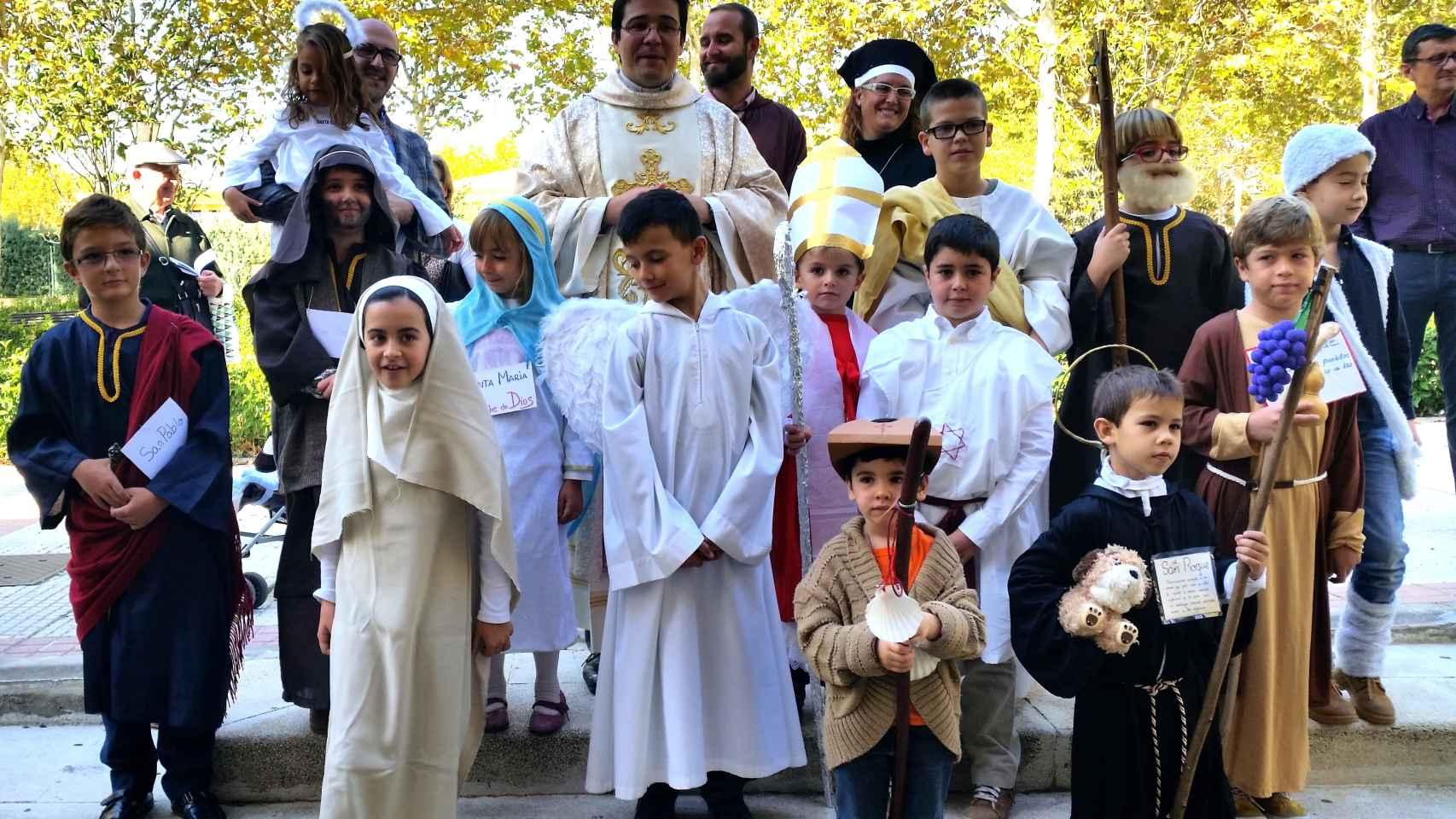 Varios niños disfrazados de santos celebran la nueva festividad de Holywins.