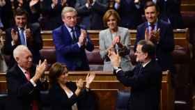 La bancada del PP aplaude a Rajoy.