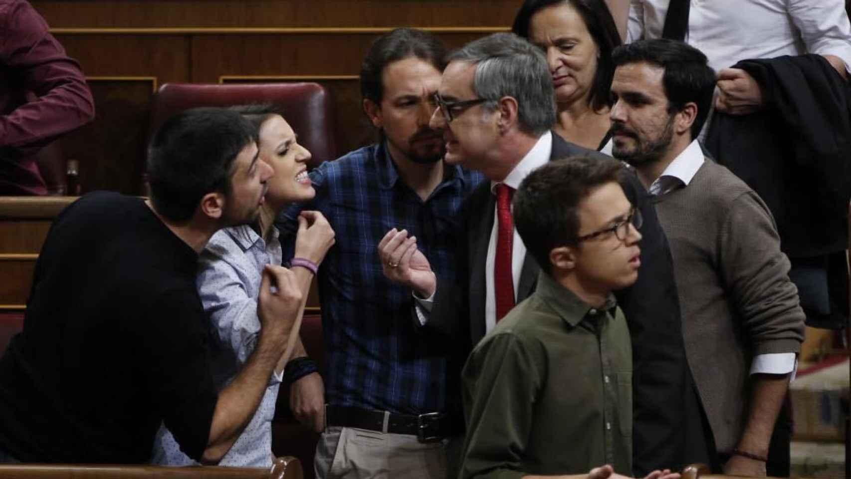 Villegas (d) discute con varios diputados de Podemos, con Iglesias y Alberto Garzón de fondo.