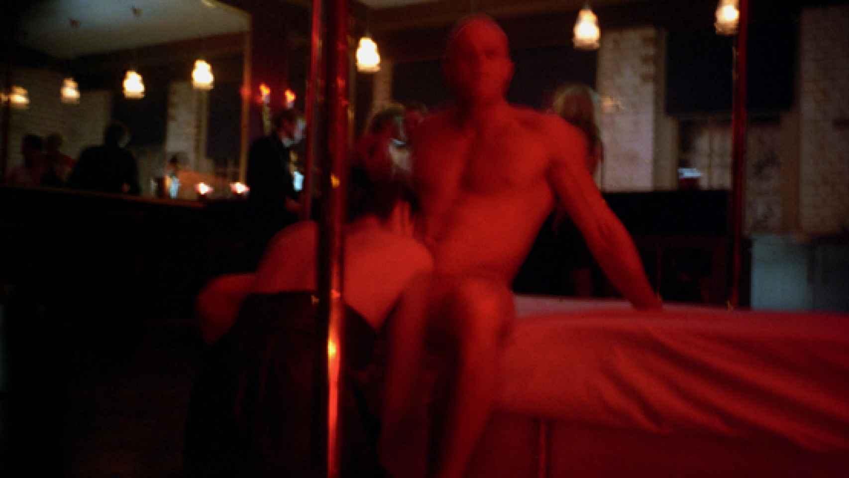 Una mujer practica una felación a un hombre en una fiesta de Londres.