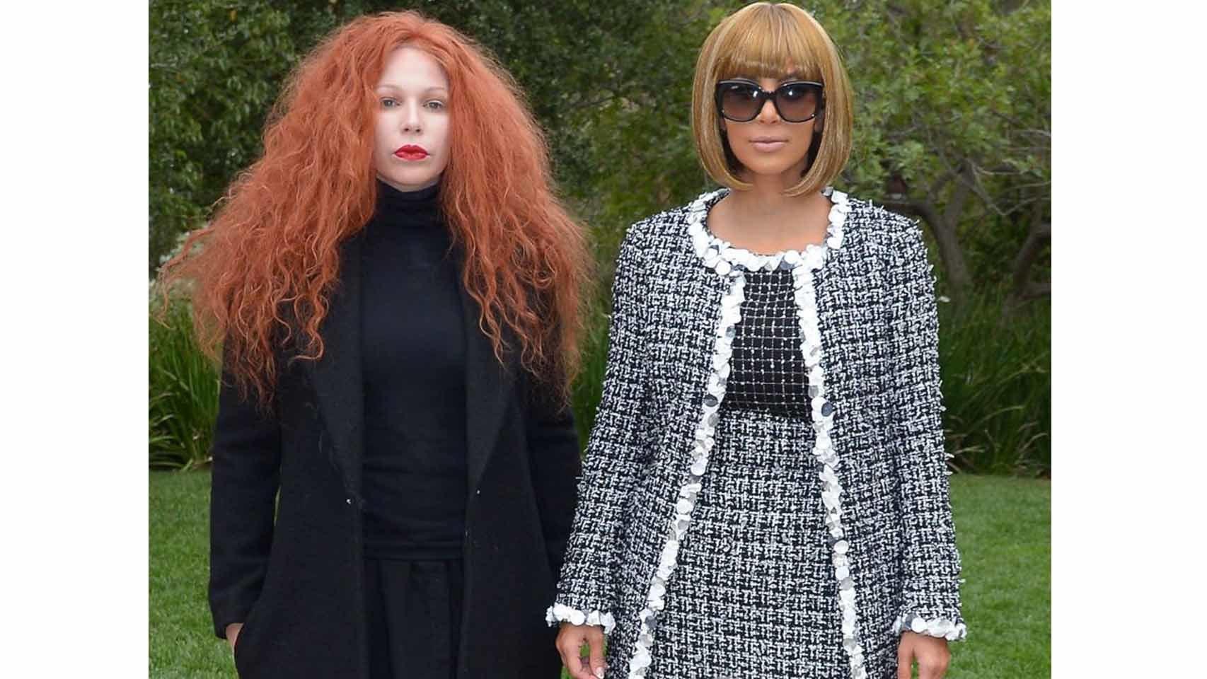 El anterior no fue su único disfraz en 2014 y es que Kim se metió bajo la piel de la directora de Vogue, Anna Wintour. A su lado, una amiga haciendo de la editora de moda de la revista, Grace Coddington.