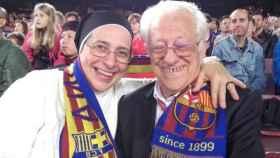 Sor Lucía Caram y el padre Ángel, con la bufanda del Barça en el Camp Nou.