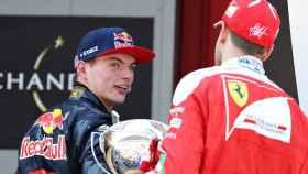 Verstappen mira a Vettel en una imagen de archivo.
