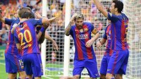Los jugadores del Barcelona se tiran tras el botellazo.