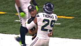 Earl Thomas III abrazando al árbitro.