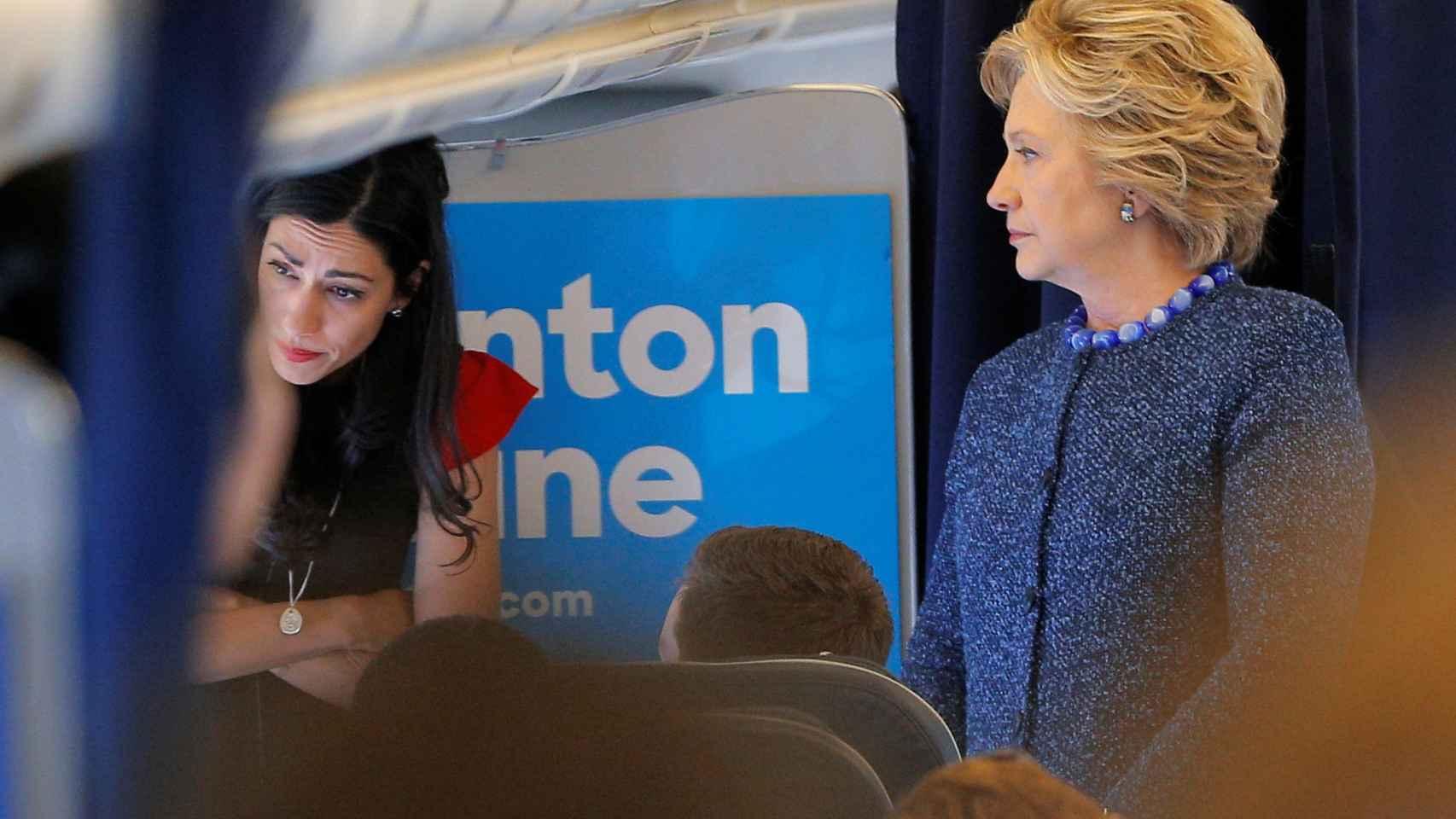 Abedin y Clinton, en el avión de campaña en una imagen del pasado 29 de octubre