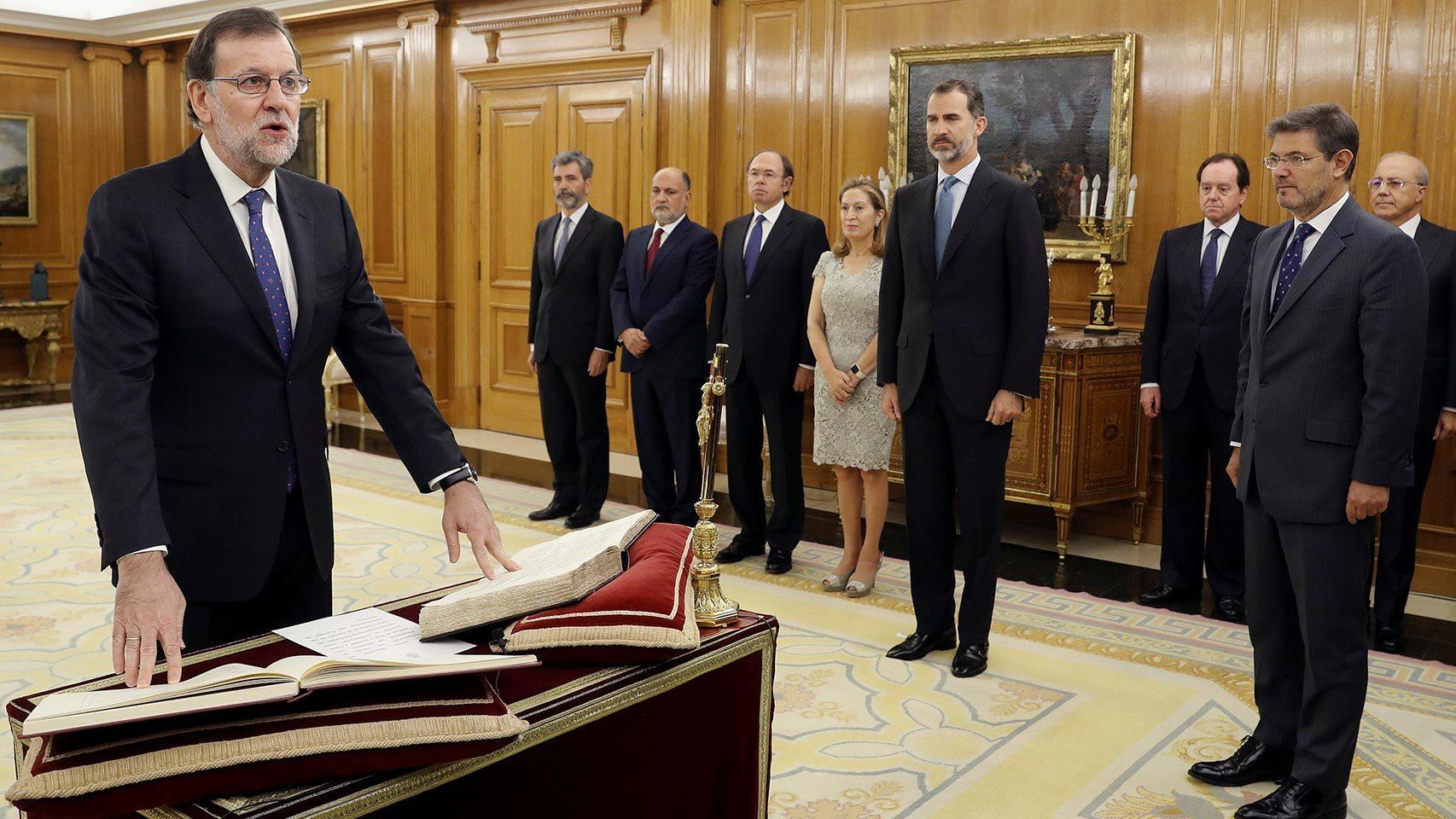 Rajoy jura en la Zarzuela ante el Rey Felipe.