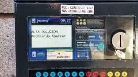 Imagen de un parquímetro, prohibiendo el aparcamiento por contaminación en Madrid.
