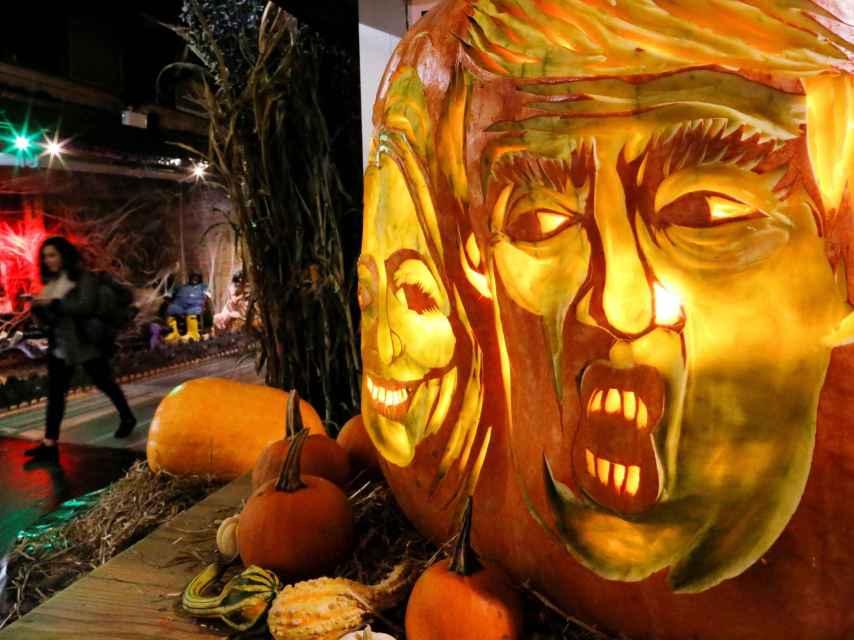 Trump y Clinton, representados en una calabaza, decoración típica de Halloween.