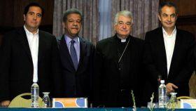 Torrijos (i), Fernández, monseñor Tscherrig y Zapatero en el inicio del diálogo en Venezuela