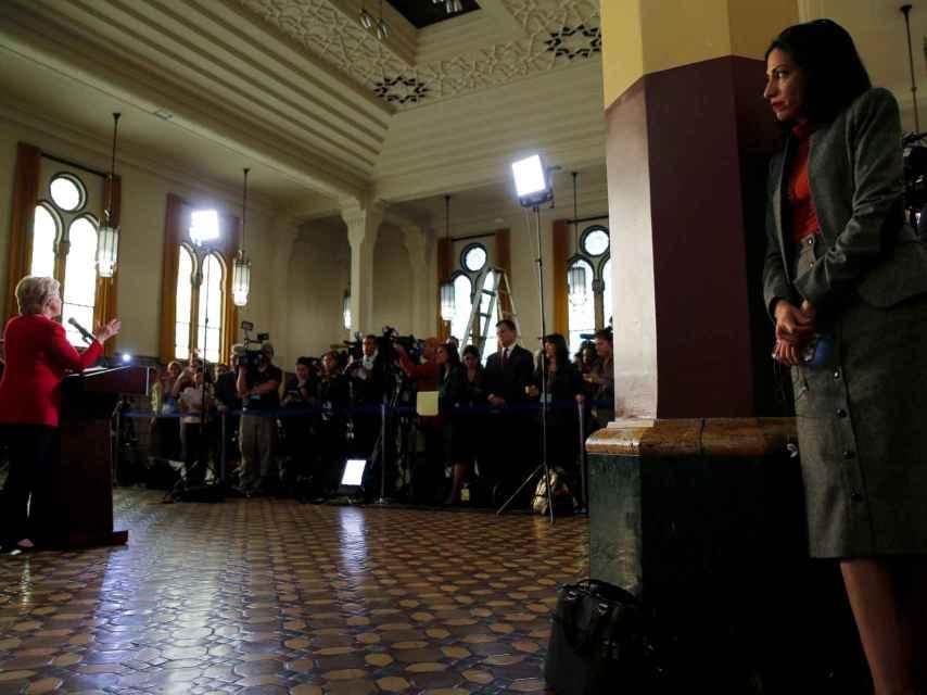 Huma Abedin escucha un discurso de Clinton el pasado 4 de octubre en Harrisburg
